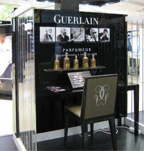 Guerlain са поставили новите си продукти на видно място, за да ги пробват техните клиенти